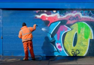 washing off graffiti from a surface coated with permanent anti graffiti paint